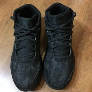 Under Armour  Size 7Y